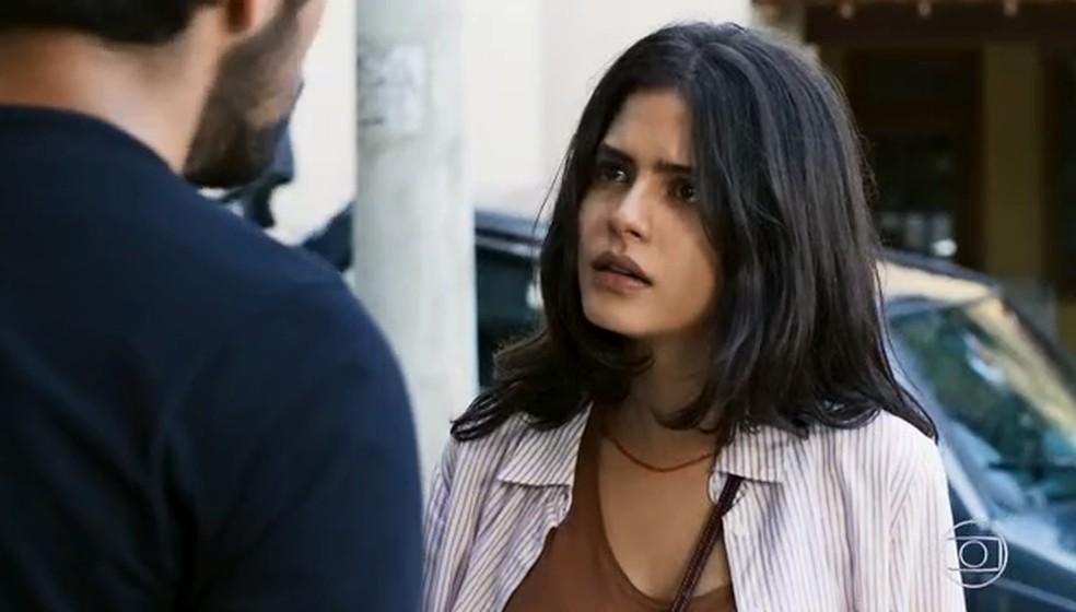 Laila (Julia Dalavia) fica irritada, mas aceita continuar com projeto — Foto: TV GLOBO