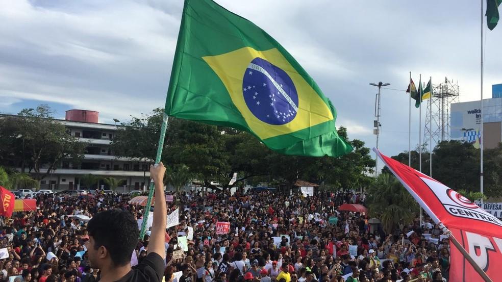 Professores, estudantes e funcionários protestam contra cortes na Educação em Praça no Centro de Macapá — Foto: Ugor Feio/G1 AP
