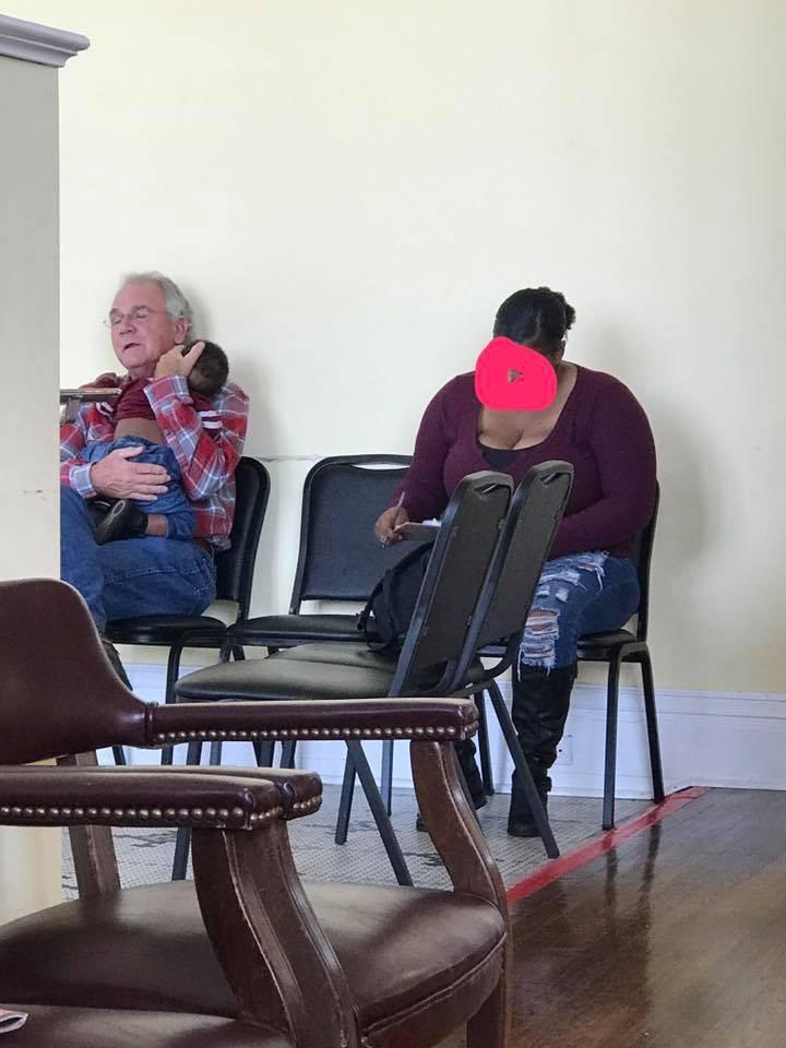 Joe Hale segura Jayce, filho de Jade: três desconhecidos em foto viral (Foto: Reprodução Facebook)