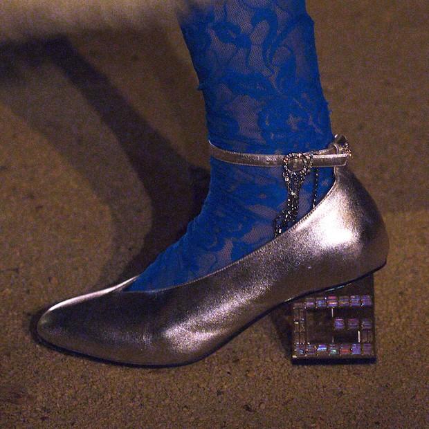 O sapato com salto de cristais em formato de G (Foto: Dan Lecca)
