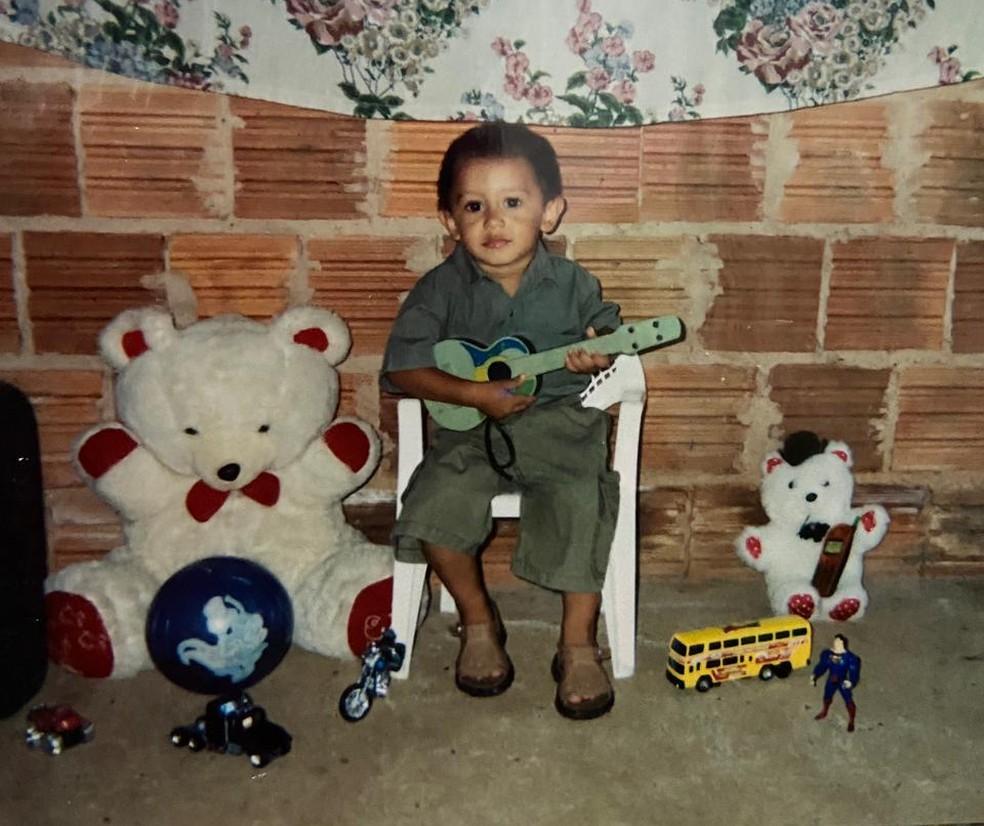 O pequeno Lucas, futuro Beat, quando criança em sua casa em Presidente Prudente (SP) — Foto: Arquivo Pessoal
