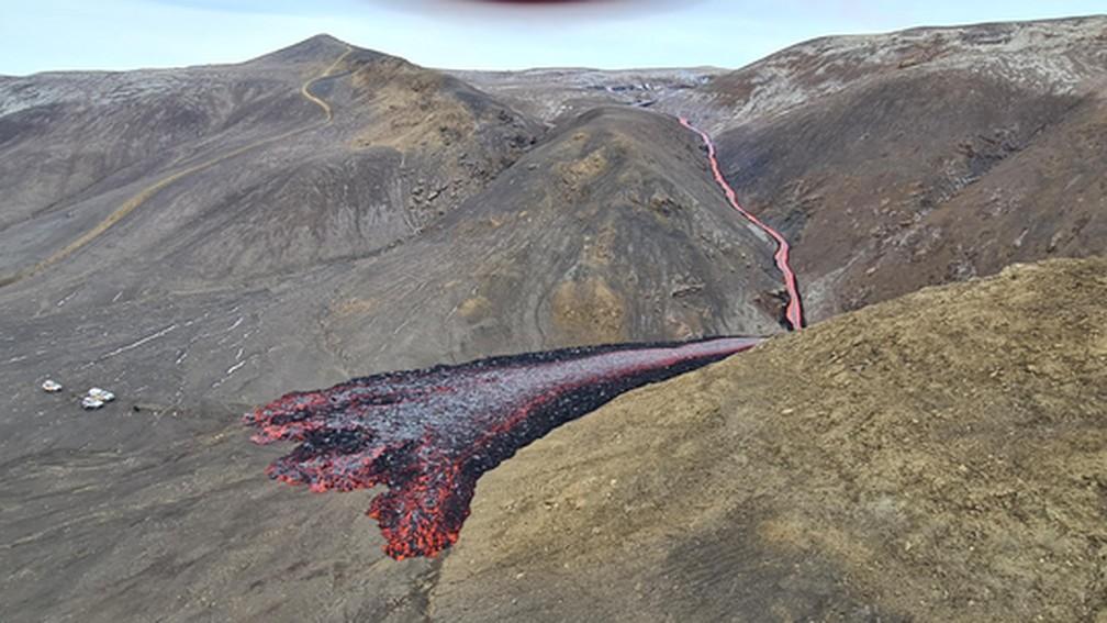 Rio de lava escorre após erupção na Islândia em 5 de abril de 2021 — Foto: Ljósmynd/Almannavarnir
