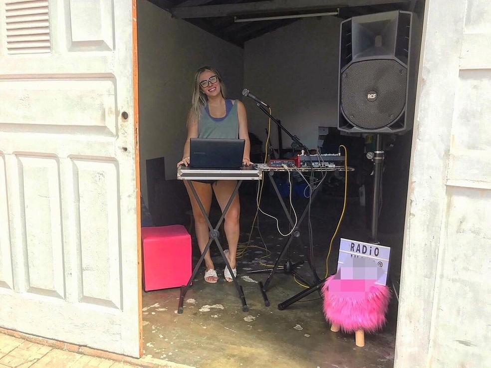 Moradora de condomínio em Santos (SP) montou rádio na garagem de casa — Foto: Arquivo Pessoal