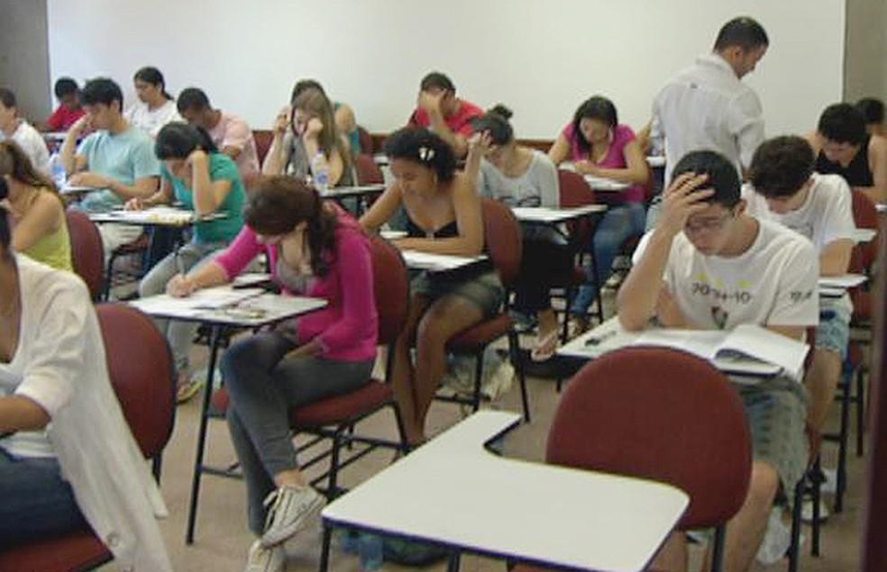 Candidatos realizam as provas do segundo dia do 2º Vestibular da Universidade de Brasília (UnB) de 2012 (Foto: Reprodução/TV Globo)