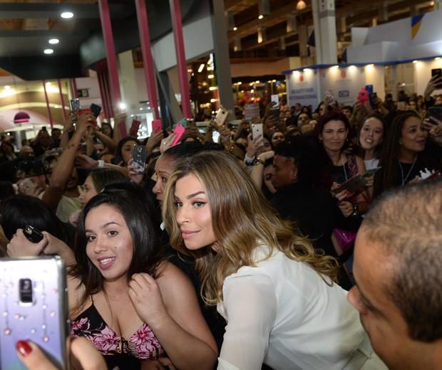 Grazi é tietada em evento (Foto: Francisco Cepeda/AgNews)