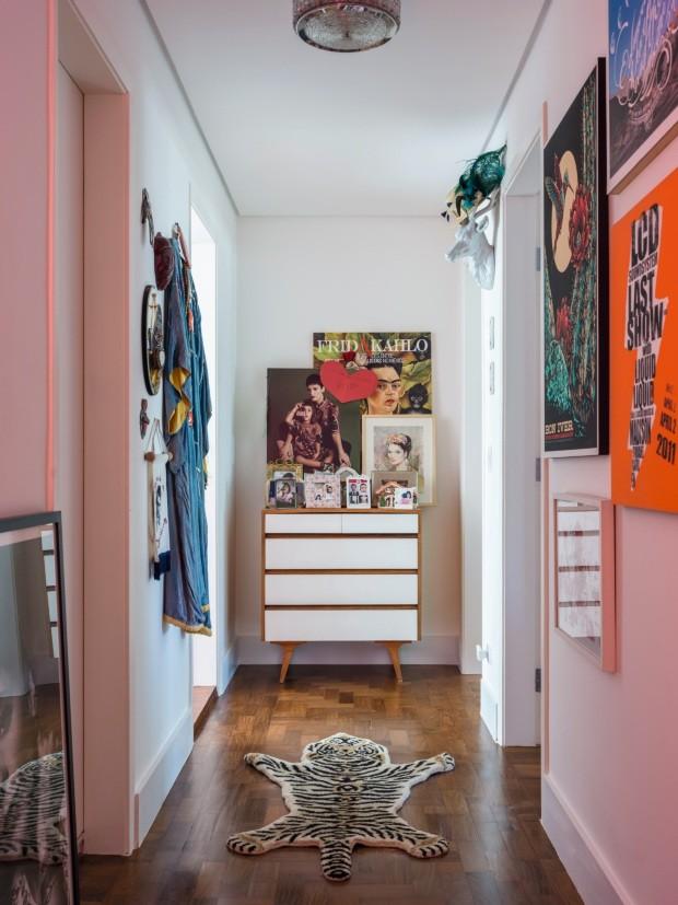 O corredor tem mix de objetos garimpados pela maquiadora Vanessa Rozan num estilo retrô, que marca todo o imóvel (Foto: Christian Maldonado / Editora Globo)