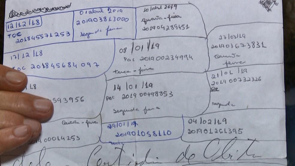 Beneficiária acumula números de protocolos de atendimento, no ES  — Foto: Carlos Palito/ TV Gazeta