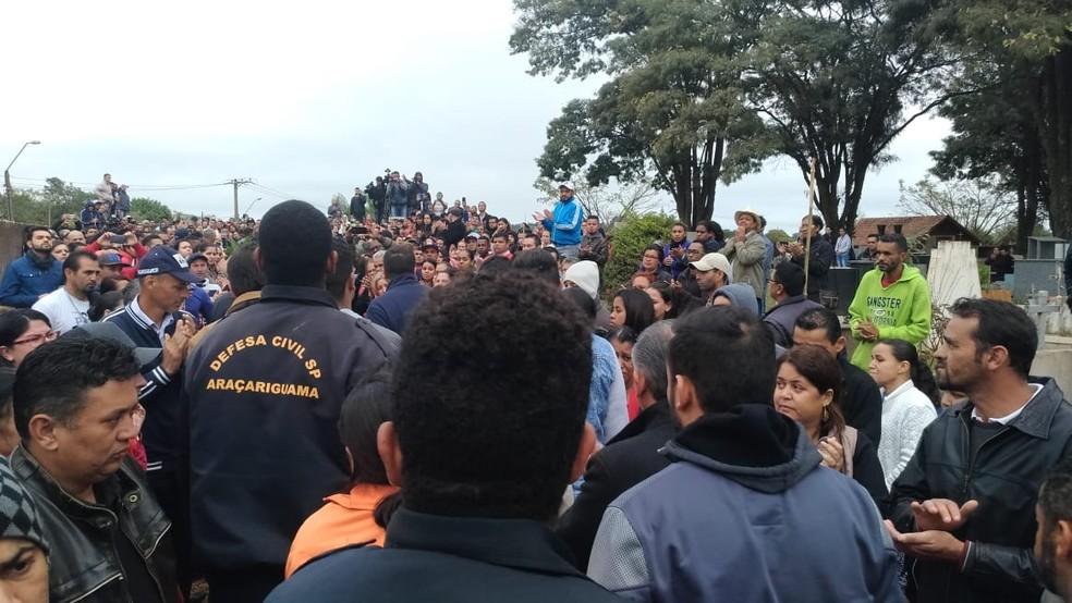 Cerca de 2 mil pessoas participaram do enterro da Vitória Gabrielly em Araçariguama (Foto: Matheus Fazolin/G1)