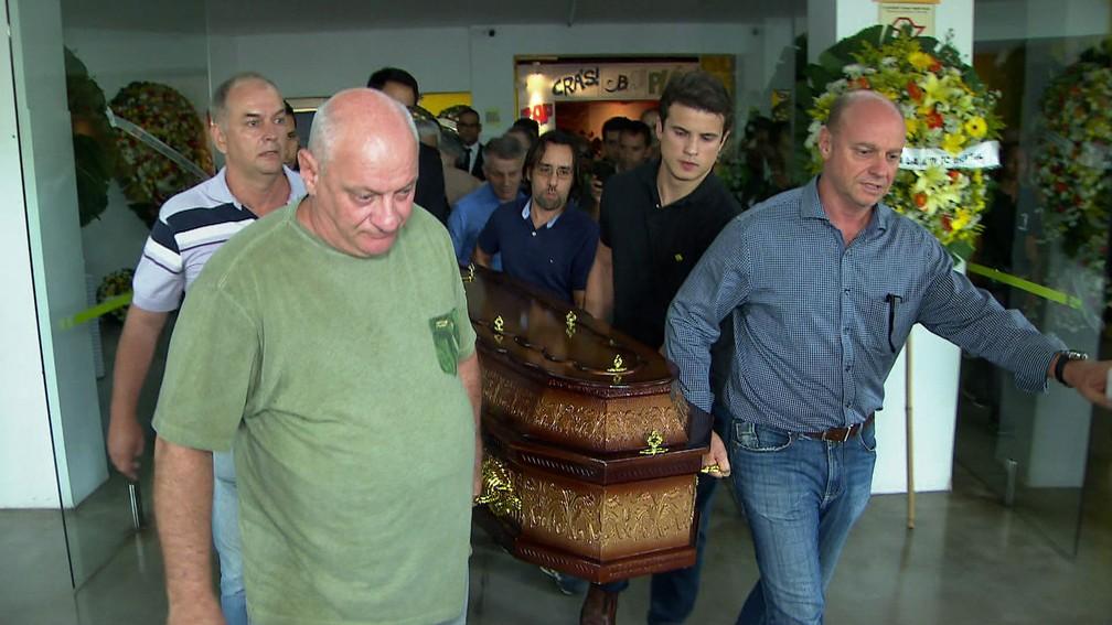 Corpo do jornalista Ricardo Boechat é levado para cerimônia de cremação no Cemitério Horto da Paz em Itapecerica da Serra — Foto: Reprodução TV Globo