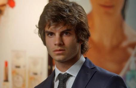 Na terça (18), Fabinho (Daniel Blanco) vê Sofia (Priscila Steinman) observando o prédio de Rafael (Daniel Rocha) TV Globo