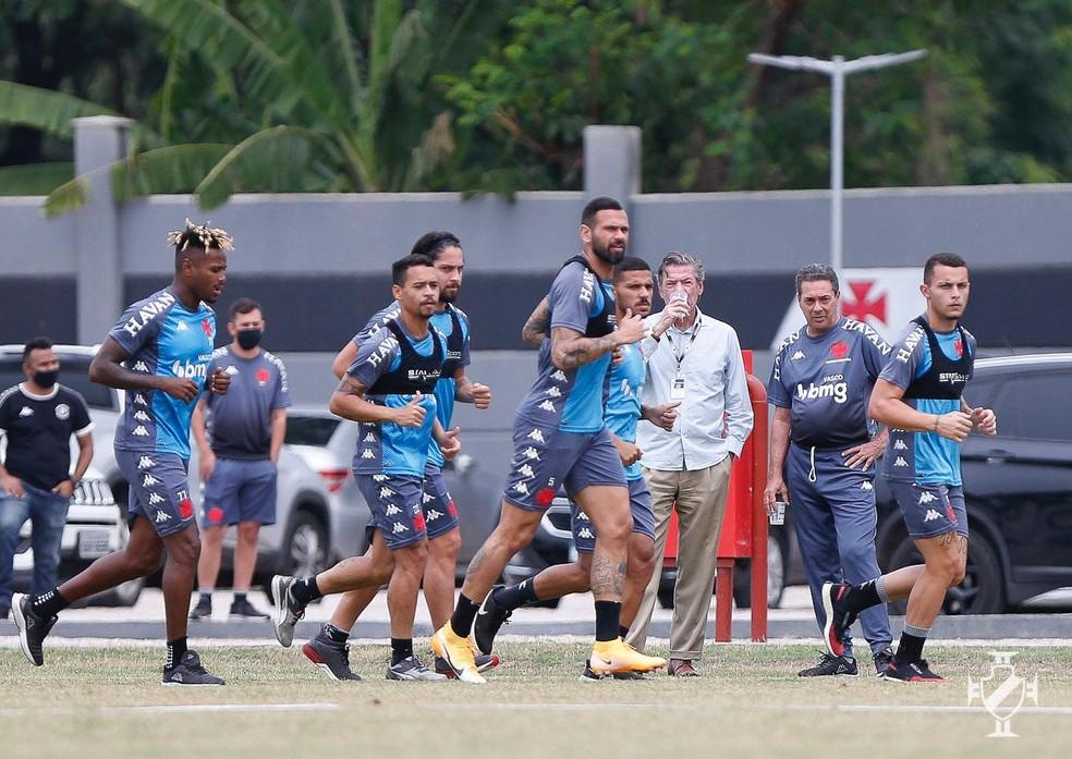 Jorge Salgado e Vanderlei Luxemburgo assistem ao treino do Vasco — Foto: Rafael Ribeiro/Vasco