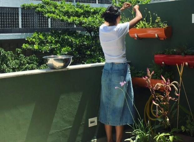 Bela Gil colhe temperos na varanda (Foto: Instagram/Reprodução)
