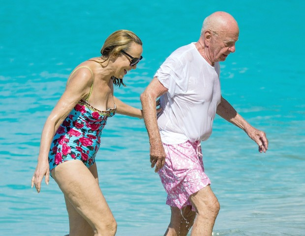** RIGHTS: WORLDWIDE EXCEPT IN AUSTRIA, GERMANY, SWITZERLAND, UNITED KINGDOM ** Bridgetown, BARBADOS  - Retired supermodel Jerry Hall and her husband Rupert Murdoch hit the beach for a swim and bring along their dogs.Pictured: Jerry Hall, Rupert Murdo (Foto: Barbspaps / BACKGRID)