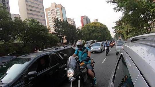 Projeto de lei que restringe circulação de motos entre carros divide opiniões