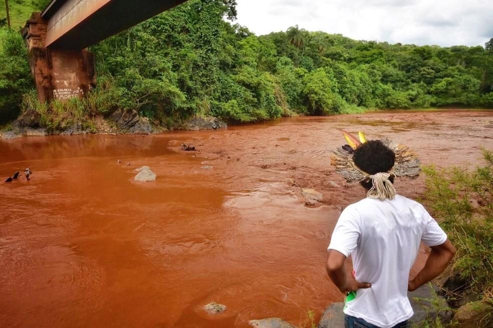 Indígena da etnia Pataxó Hã-hã-hãe observa as água lamacentas do rio Paraopeba em São Joaquim de Bicas, perto de Brumadinho (MG) — Foto: Funai/Divulgação via Reuters