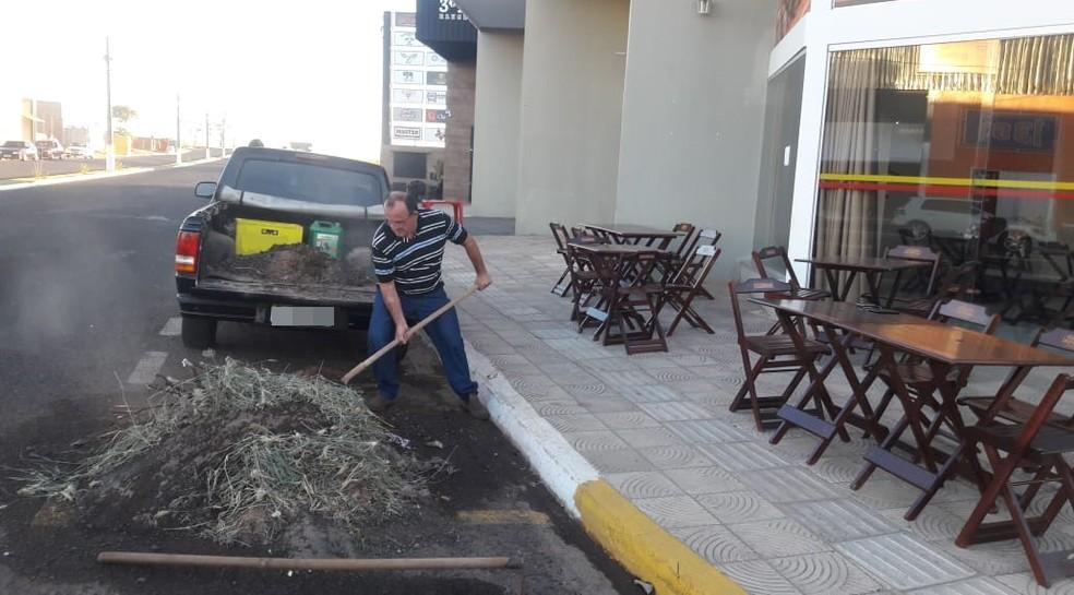 Entulho foi recolhido por comerciante e deixando na frente da prefeitura de Fernandópolis (Foto: Luiz Carlos Fanti/Arquivo Pessoal)