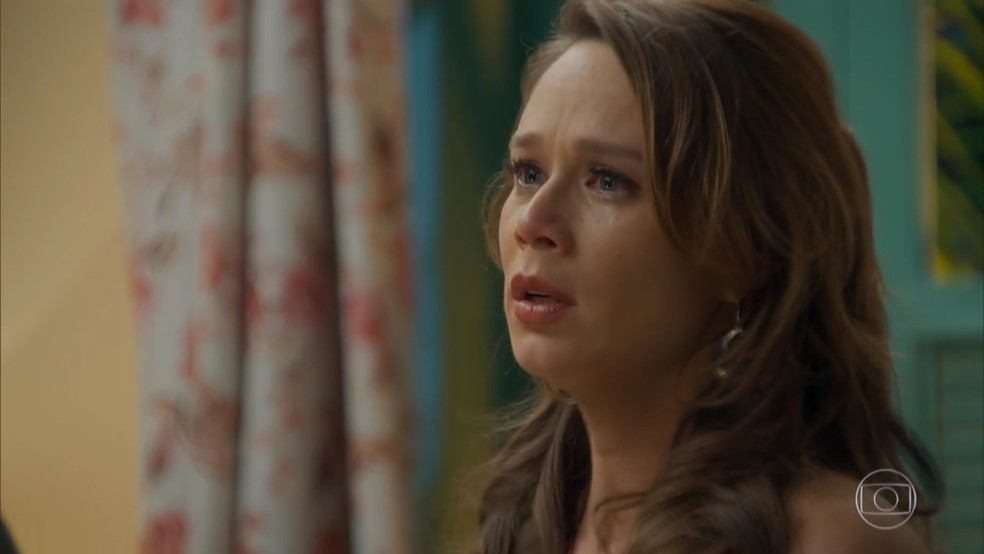 Tancinha (Mariana Ximenes) fica nervosa com o flagra de Beto (João Baldasserini) - 'Haja Coração' — Foto: Globo