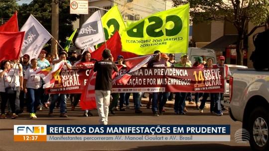 Manifestantes se mobilizam em passeata durante greve geral em Presidente Prudente