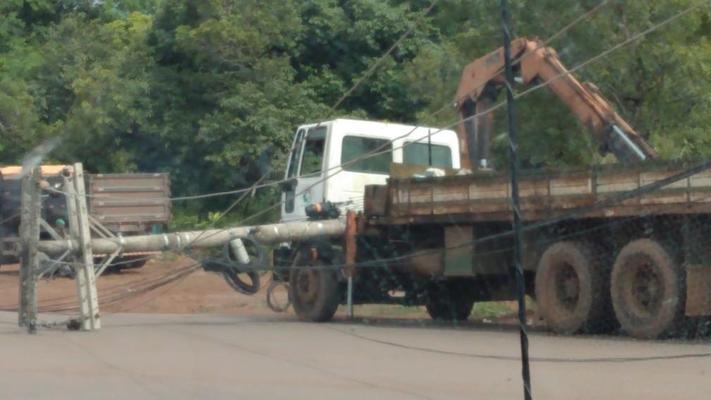 Caminhão atingiu poste e deixou moradores sem energia elétrica — Foto: Reprodução