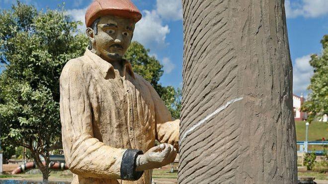 Uma escultura na praça central da Fordlândia homenageia o precioso látex amazônico (Foto: Getty Images/BBC)