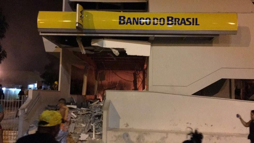 Bandidos explodiram agência do banco e depois fugiram (Foto: Reprodução/TVM)