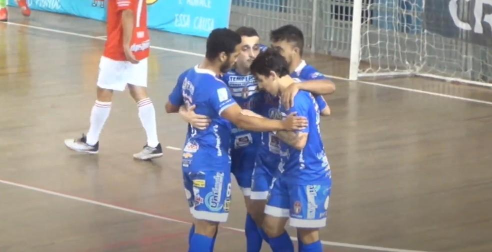 Dracenenses comemoram o quarto gol — Foto: TV LPF / Reprodução