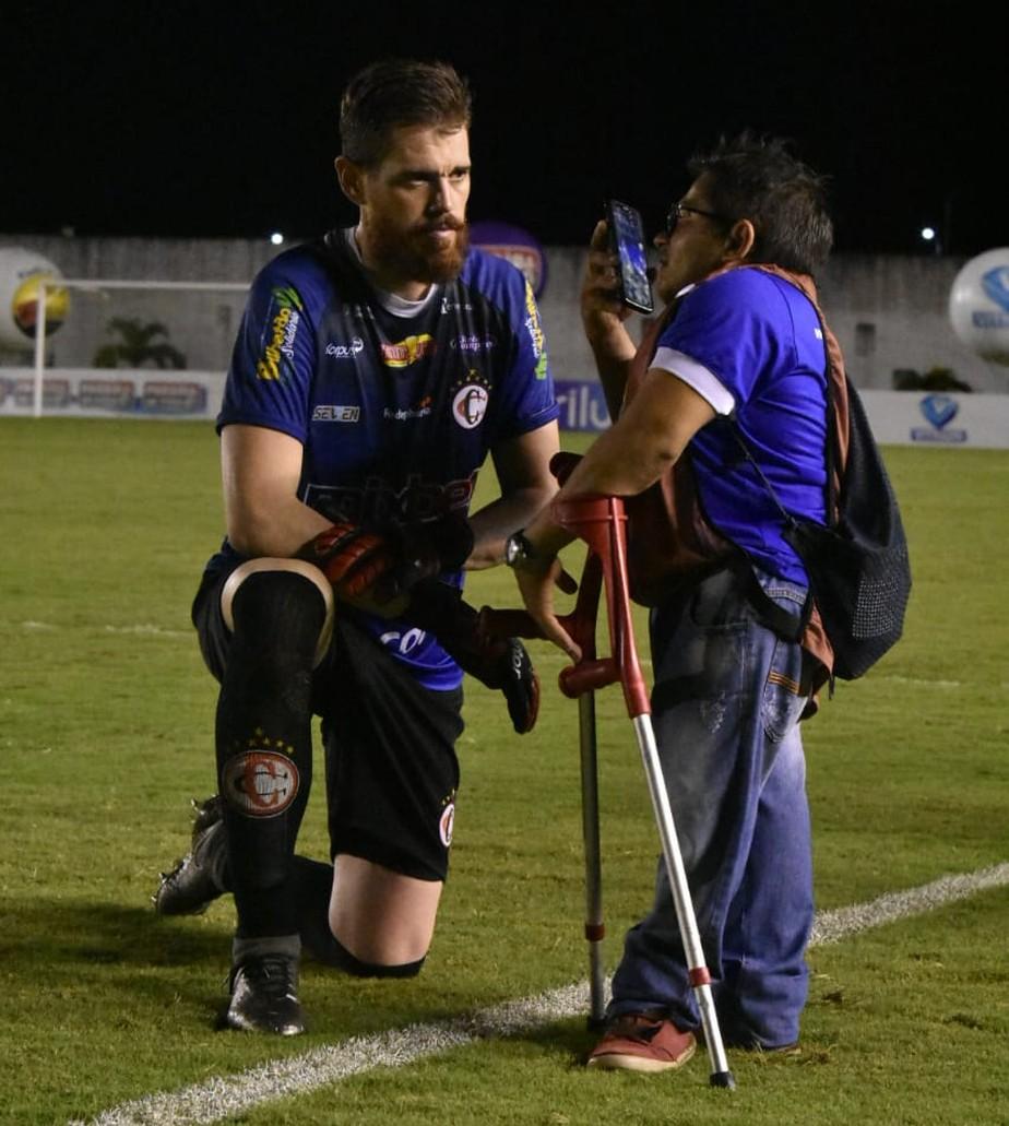 Repórter com deficiência se surpreende após foto com goleiro viralizar nas redes sociais