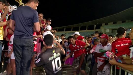 "Vídeo: torcida ""invade"" gramado e comemora título estadual do River-PI ao lado de jogadores"