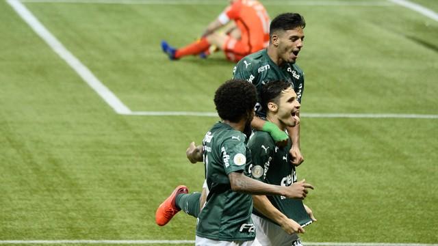 Jogadores do Palmeiras festejam gol sobre o Corinthians