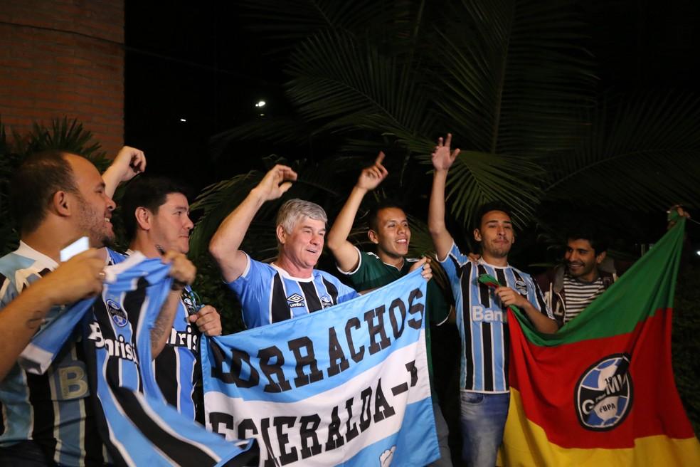 Chegada teve apoio de torcedores — Foto: Eduardo Moura