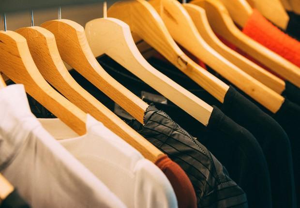 Roupas, cabide, indústria têxtil (Foto: Pexels)