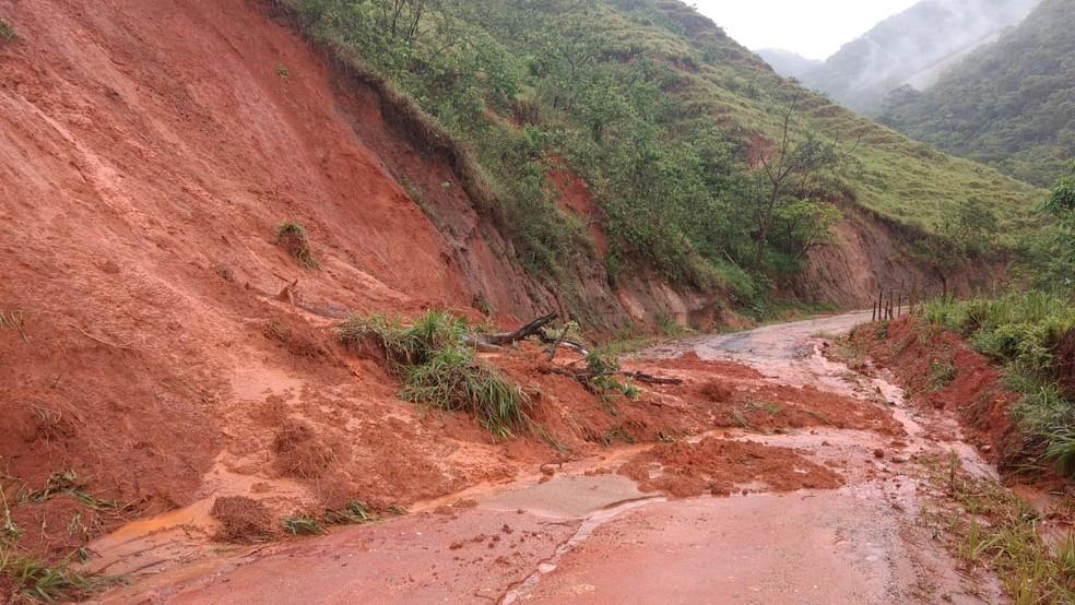 Queda de barreira dificulta passagem na pista que dá acesso à região serrana de Macaé, no RJ — Foto: Paulo Henrique Cardoso/Inter TV RJ