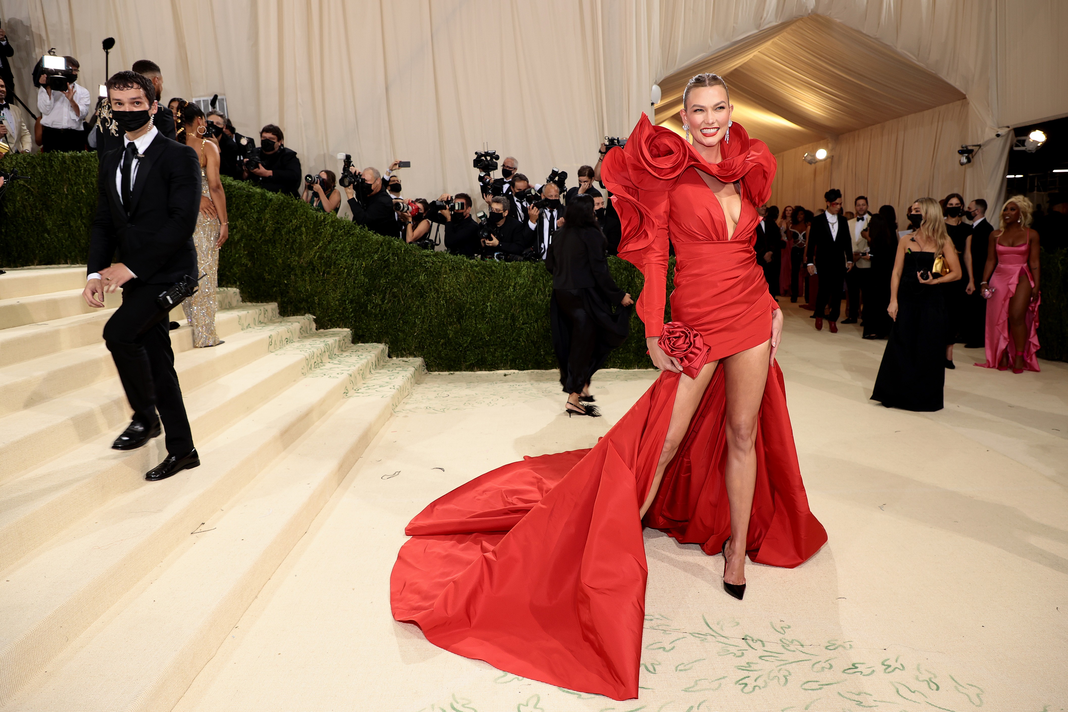 NEW YORK, NEW YORK - SEPTEMBER 13: Karlie Kloss attends The 2021 Met Gala Celebrating In America: A Lexicon Of Fashion at Metropolitan Museum of Art on September 13, 2021 in New York City. (Photo by Dimitrios Kambouris/Getty Images for The Met Museum/Vogu (Foto: Getty Images for The Met Museum/)