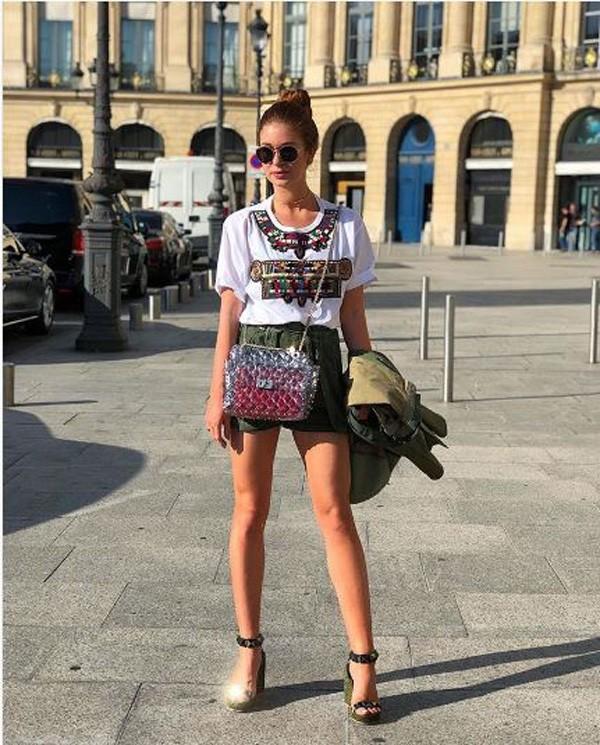 Marina Ruy Barbosa em Paris com bolsa de plástico avaliado em R$ 8,9 mil reais (Foto: reprodução Instagram)