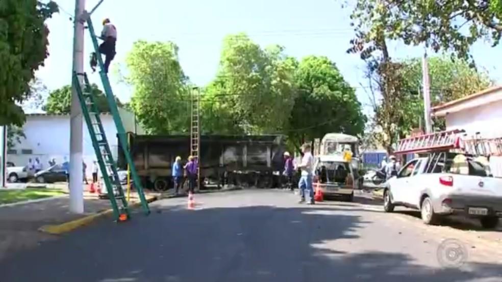 Carreta em chamas foi usada por criminosos para impedir saída de viaturas da PM em Araçatuba (Foto: Reprodução/TV TEM)