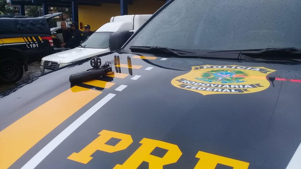 Arma encontrada com assaltantes que tentaram roubar carga de celulares na BR-324 — Foto: Cid Vaz/TV Bahia