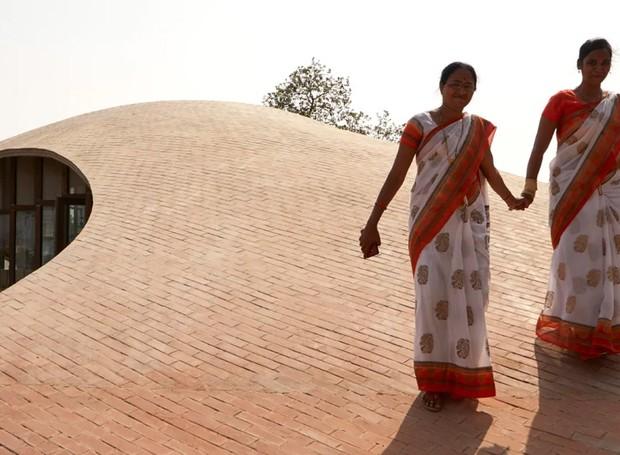 Os estudantes podem acessar o telhado do estabelecimento por meio de uma rampa (Foto: sP+a/ Reprodução)