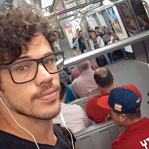 José Loreto posa dentro de um vagão no trem no Rio de Janeiro (Foto: Reprodução/Instagram)