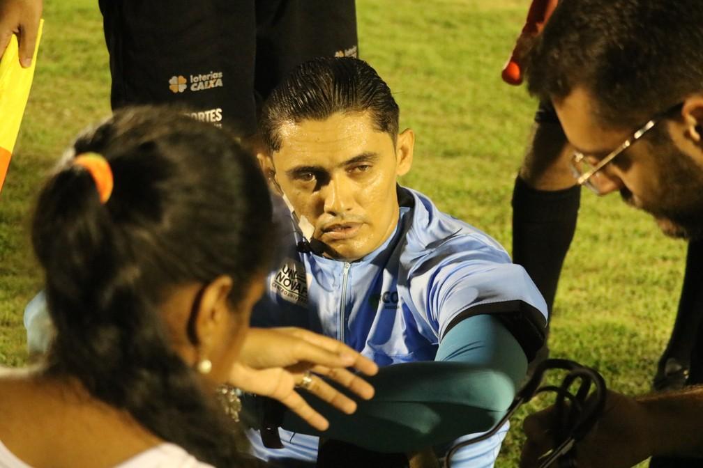 Árbitro Djalma Alves passa mal — Foto: Felipe Soares/GloboEsporte.com