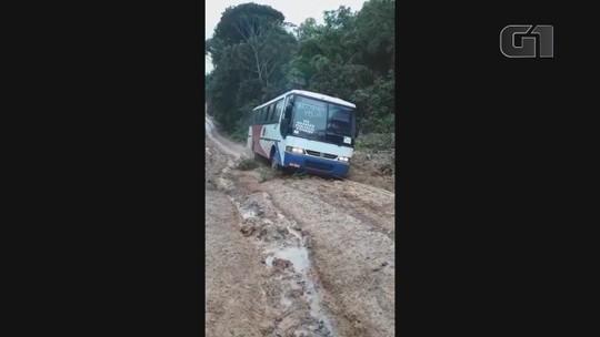 Ônibus não consegue trafegar em estrada no interior do AP devido galhos, buracos e lama; VÍDEO