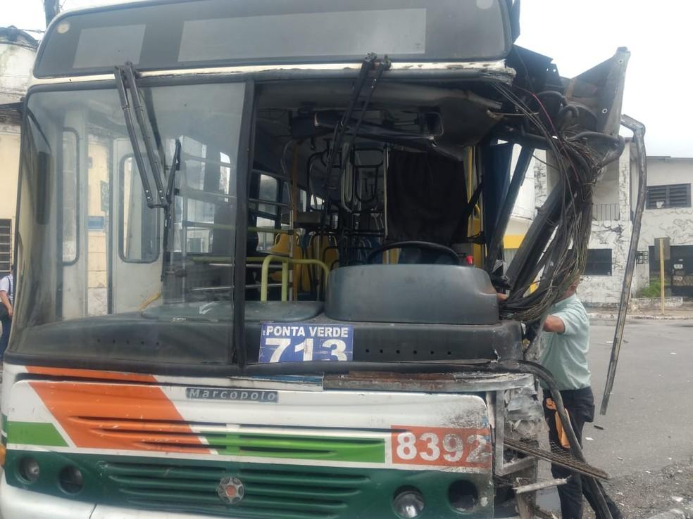Frente do ônibus ficou aberta após colisão com VLT no centro de Maceió — Foto: Douglas França/TV Gazeta