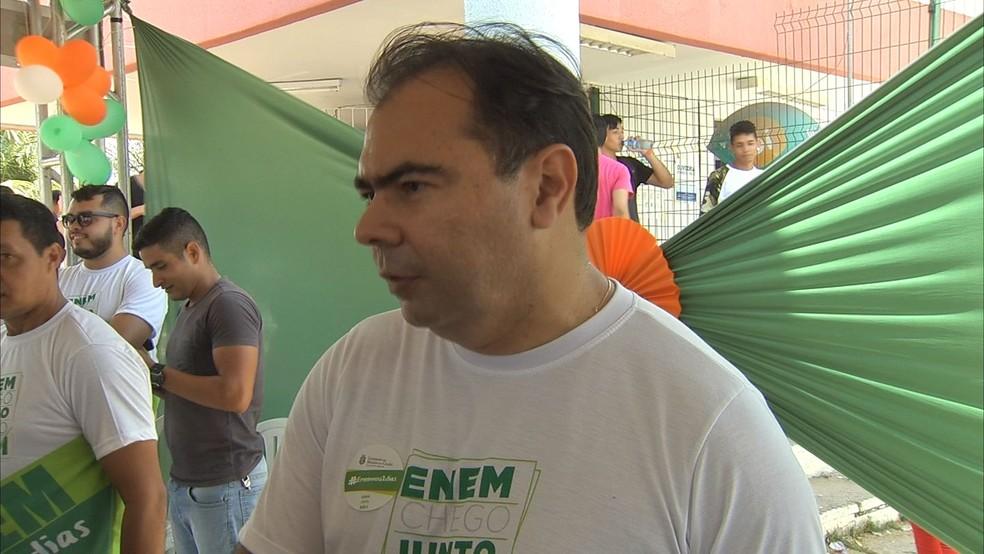 Secretário da Educação do Ceará foi a local de prova do Enem para desejar boa sorte aos candidatos (Foto: TV Verdes Mares/Reprodução)