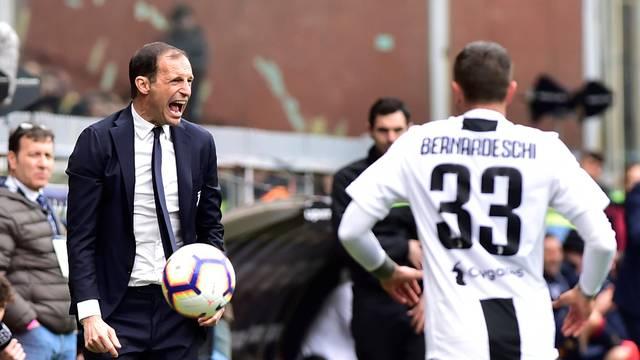 Allegri irritado à beira do campo no jogo da Juventus contra o Genoa