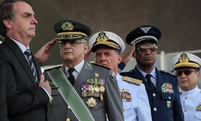 Comandantes militares prestam continência a Jair Bolsonaro