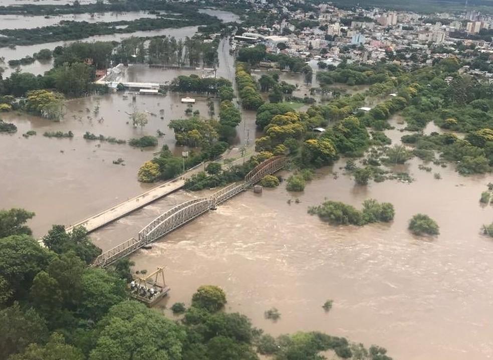 Em Alegrete, a cheia do Rio Ibirapuitã está quase 14 metros acima do normal — Foto: Palácio Piratini
