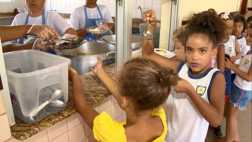 Crianças passaram a se alimentar melhor depois que pratos começaram a ser decorados, na Serra — Foto: Reprodução/TV Gazeta
