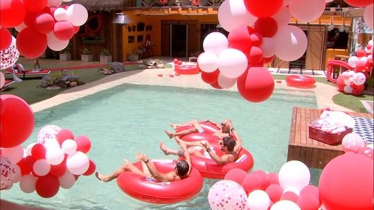 Brothers se divertem com boias na piscina