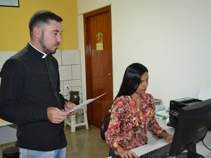 Secretária da paróquia ajuda o padre para encaminhar o currículo dos desempregados (Foto: Maiara Barbosa/ G1)