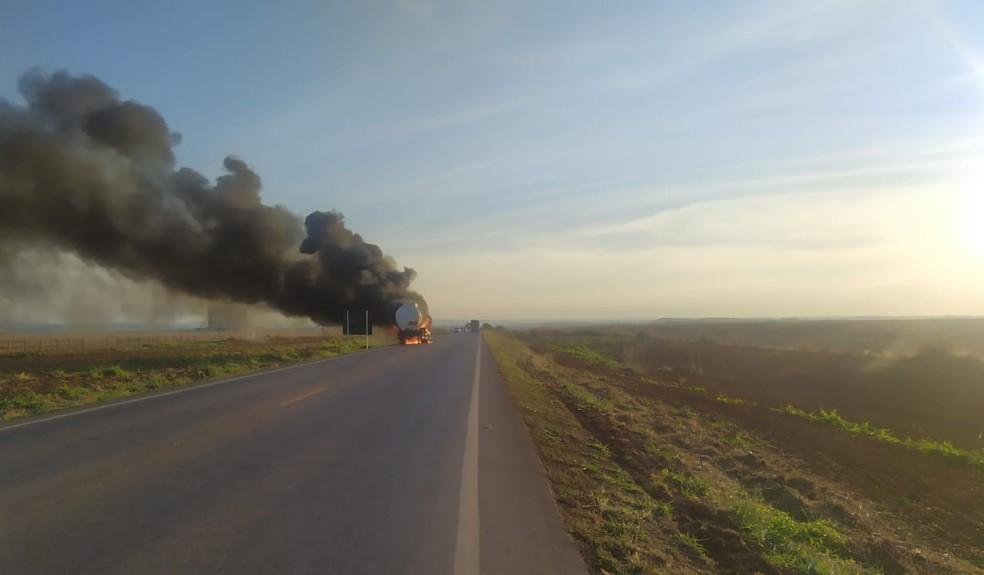 Caminhão-tanque teve pane elétrica e pegou fogo na estrada — Foto: Divulgação