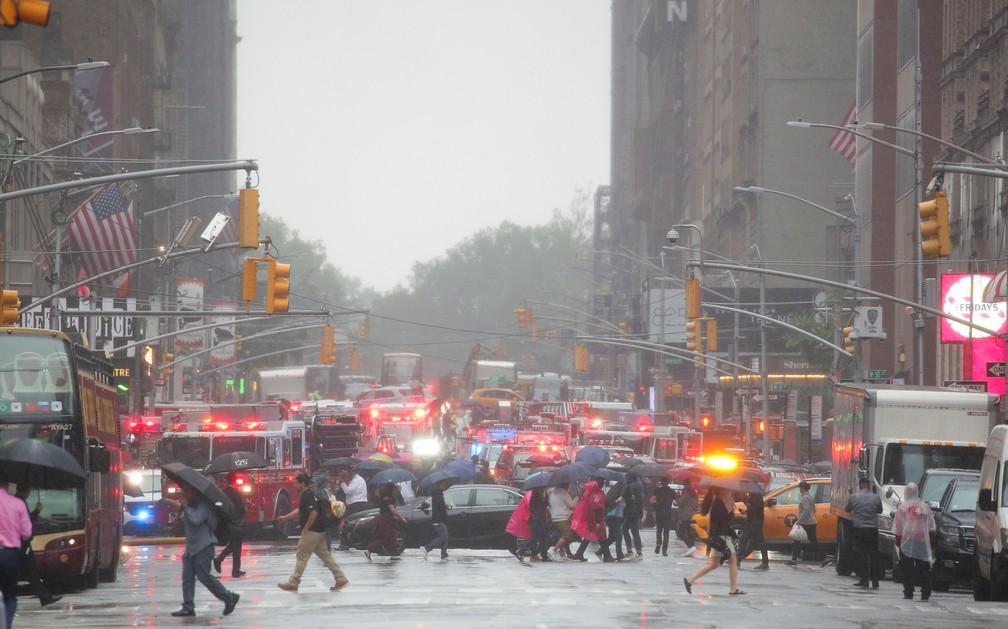 Bombeiros de Nova York atendem a chamado de acidente de helicóptero em um prédio na ilha de Manhattan — Foto: Brendan McDermid/Reuters